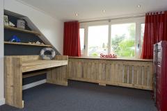 Bureau en  radiatorombouw van steigerhout
