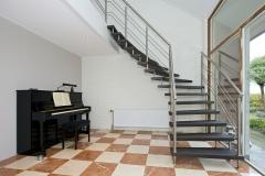 Plafond, glazen pui en voorbereiding trap
