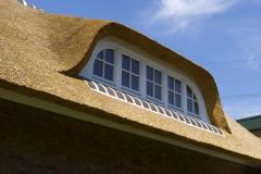 Dakkapel in rieten dak, klassiek ontwerp